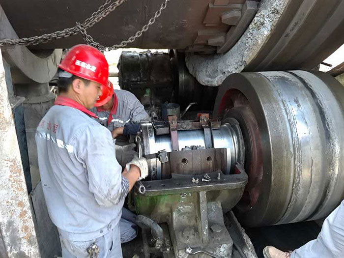 工程师指导水泥厂更换托轮